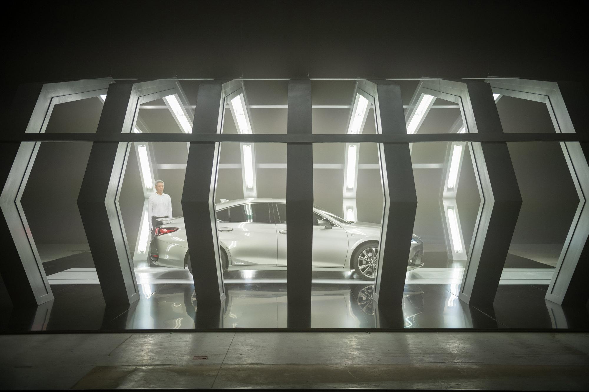 lexus lanza el nuevo es 300h con el primer anuncio del mundo